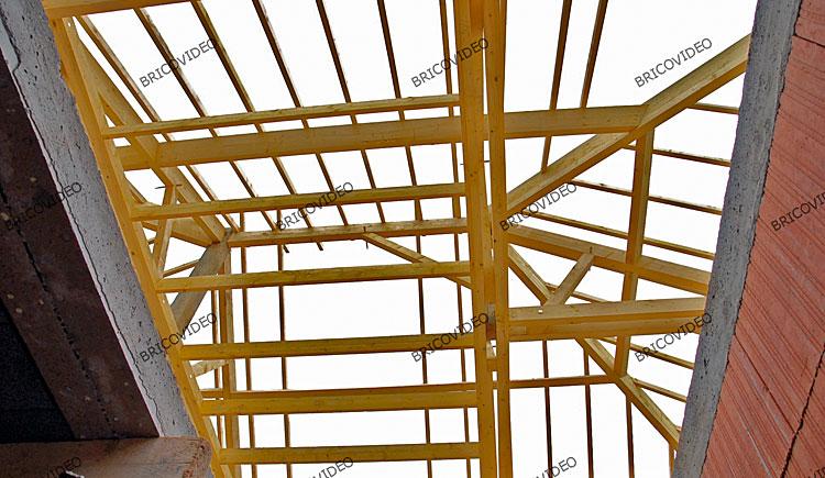 construction charpente maison briques