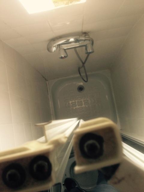 cabine de douche charniere haute cassee vue de dessus1
