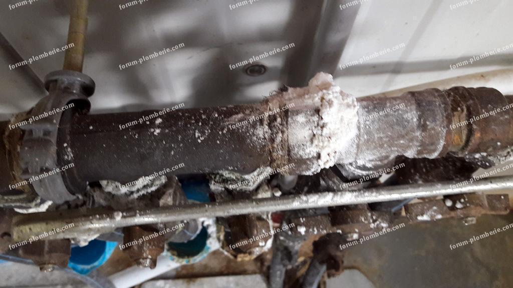 poudre blanche raccord tuyaux eau